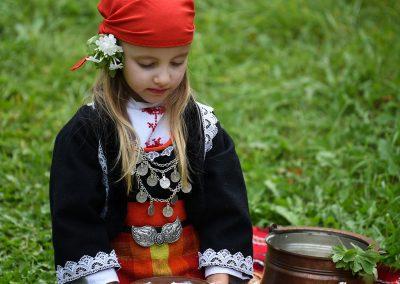 Второ място - Милена Николова - Маринска - Малко девойче запретна ръкави