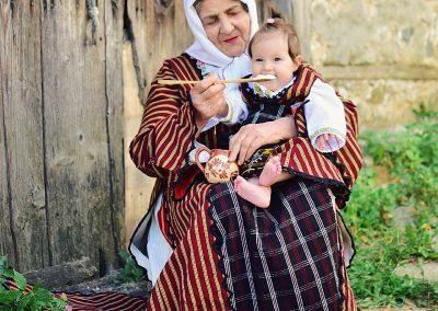 Първа награда - Галатея Хаджиева - С кисело млекце, родопска песен и добро сърце се живее векове - прабаба храни своето внуче